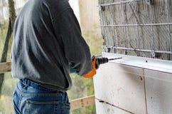 Процесс сверлить отверстия в бетоне стоковое изображение