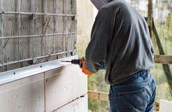 Процесс сверлить отверстия в бетоне стоковые изображения rf