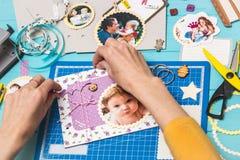 Процесс создания альбома детей стоковые изображения rf