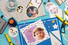 Процесс создания альбома детей стоковые фотографии rf