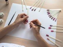 Процесс создания чертежа на подсказках ноготь конструкции искусства стоковые изображения