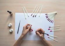 Процесс создания чертежа на подсказках ноготь конструкции искусства стоковая фотография rf