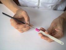 Процесс создания чертежа на подсказках ноготь конструкции искусства стоковая фотография