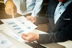 Процесс сыгранности, бизнесмены вручает указывать на таблетку и docum Стоковая Фотография RF