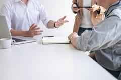 Процесс сыгранности, коллеги менеджеров команды дела обсуждая a Стоковая Фотография