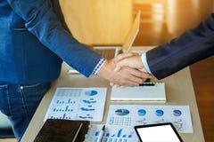 Процесс сыгранности, конец-вверх 2 бизнесменов тряся руки Стоковая Фотография RF