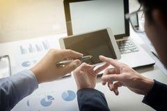 Процесс сыгранности, молодые бизнесмены вручает указывать на dur таблетки стоковое фото rf