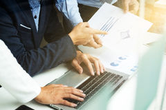Процесс сыгранности, обсуждения бизнесмены встречи маркетингового плана стоковое фото rf