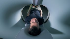 Процесс томографической скеннирования в больничной палате 4K видеоматериал
