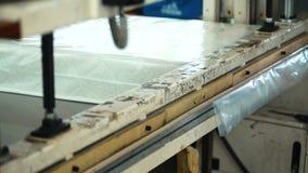 Процесс упаковывать тюфяки в мастерской в фабрике внутри помещения акции видеоматериалы