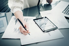 Процесс управляющего инвестициями работая Работа женщины фото сообщает современный экран таблетки Экран графиков статистик приват Стоковые Фотографии RF