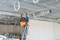 Процесс устанавливать установку закрепляет для рифлёного провода w Стоковое Изображение RF