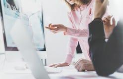 Процесс фото крупного плана coworking Идея работы команды менеджеров финансов новая Молодой экипаж дела работая с startup совреме стоковое изображение rf