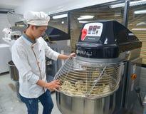Процесс хлеба путем использование машины муки смешивая стоковое изображение