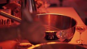Процесс юркнуть вручную в большом стальном шаре на большой таблице на ресторане акции видеоматериалы