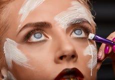 Процесс яркого выражения лица искусства с белой краской на стороне Стоковое Фото