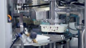 Процесс Automized продукции сыра на заводе акции видеоматериалы