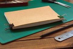 Процесс Bookbinding руки стоковая фотография