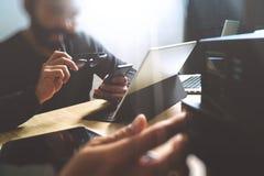 Процесс Co работая, команда предпринимателя работая в творческом офисе Стоковые Изображения