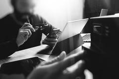 Процесс Co работая, команда предпринимателя работая в творческом офисе Стоковое фото RF