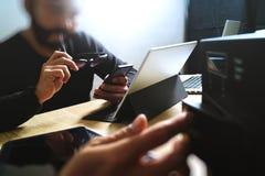 Процесс Co работая, команда предпринимателя работая в творческом офисе Стоковая Фотография RF