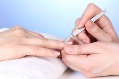 Процесс Manicure в салоне Стоковая Фотография