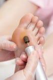 Процедура по pedicure ног шелушения с eletric прибором в щеголе Стоковое фото RF