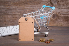 прочешите клавиатура рук кредита e принципиальной схемы компьютера коммерции Покупать тележку с пустым ценником на темной деревян стоковое изображение rf