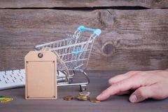 прочешите клавиатура рук кредита e принципиальной схемы компьютера коммерции Покупать тележку с пустым ценником на темной деревян стоковое изображение