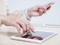 прочешите покупка руки фокуса dof он-лайн отмелая очень Стоковая Фотография