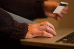 прочешите покупка руки фокуса dof он-лайн отмелая очень Стоковое Фото