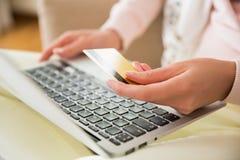 прочешите покупка руки фокуса dof он-лайн отмелая очень стоковые изображения rf
