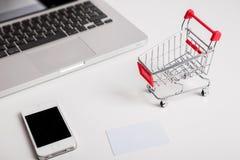 прочешите покупка руки фокуса dof он-лайн отмелая очень Магазинная тележкаа, клавиатура, карточка банка стоковое изображение