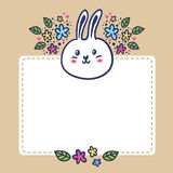 Прочешите предпосылка с кроликом, цветками и космосом для текста Стоковые Фото