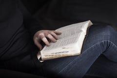 Прочитайте библию стоковая фотография rf