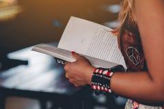Прочитайте книги в их свободном временени стоковая фотография