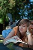 прочитанная девушка книги стоковая фотография