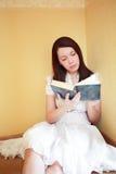 прочитанная девушка стоковое фото