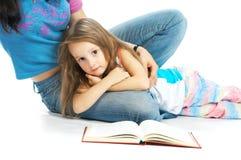 прочитанная дочь ma книги стоковые фотографии rf