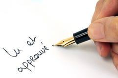 Прочитанный и одобренный написанный во французском с ручкой стоковые фото