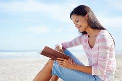 Прочитанный пляж книги Стоковые Изображения
