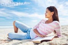 Прочитанный пляж книги Стоковые Фотографии RF