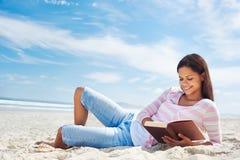 Прочитанный пляж книги Стоковое Изображение