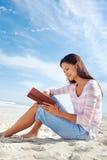 Прочитанный пляж книги Стоковое фото RF