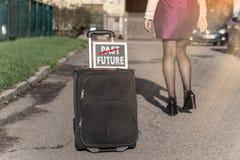 Прошлая и будущая концепция Женщина с сумкой перемещения на улице, получая готовый для jorney Стоковое Изображение RF