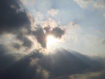 Прошлый солнечного света светя пасмурное Стоковое фото RF