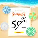 Продавать знамя объявления, винтажный дизайн текста Скидки летних каникулов, предпосылка продажи песчаного пляжа и берег моря бесплатная иллюстрация