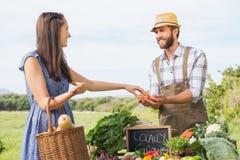 Продавать фермера его органическая продукция стоковое изображение