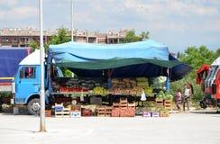 Продавать фрукты и овощи от тележки Стоковые Изображения