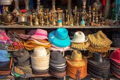 Продавать шляпы и арабский курить кальяна Стоковые Изображения RF
